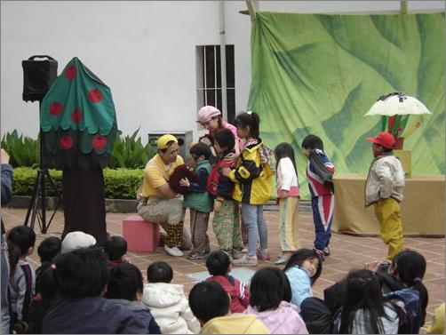 小朋友们主動加入故事劇場