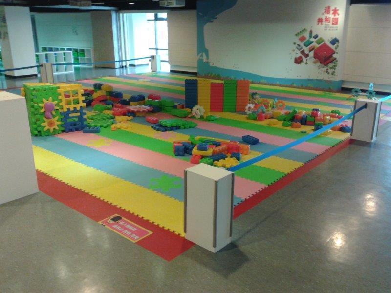 色彩繽紛的大型積木可培養幼兒視覺認知與大肢體動作