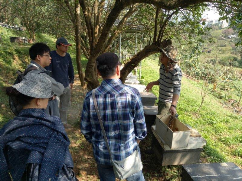 養蜂人介紹蜂蜜生產流程