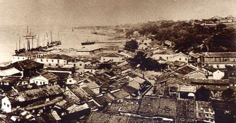 1908年的淡水港可看到規模宏偉的小白宮和海關碼頭。