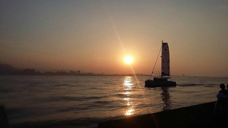 夏日傍晚的淡水海關碼頭,沿著堤岸散步,迎面涼風比喝啤酒還要消暑!!