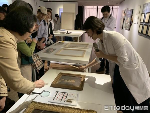 修復師李文元(右)現場導覽,實地進行「居家油畫保存的秘密」體驗活動