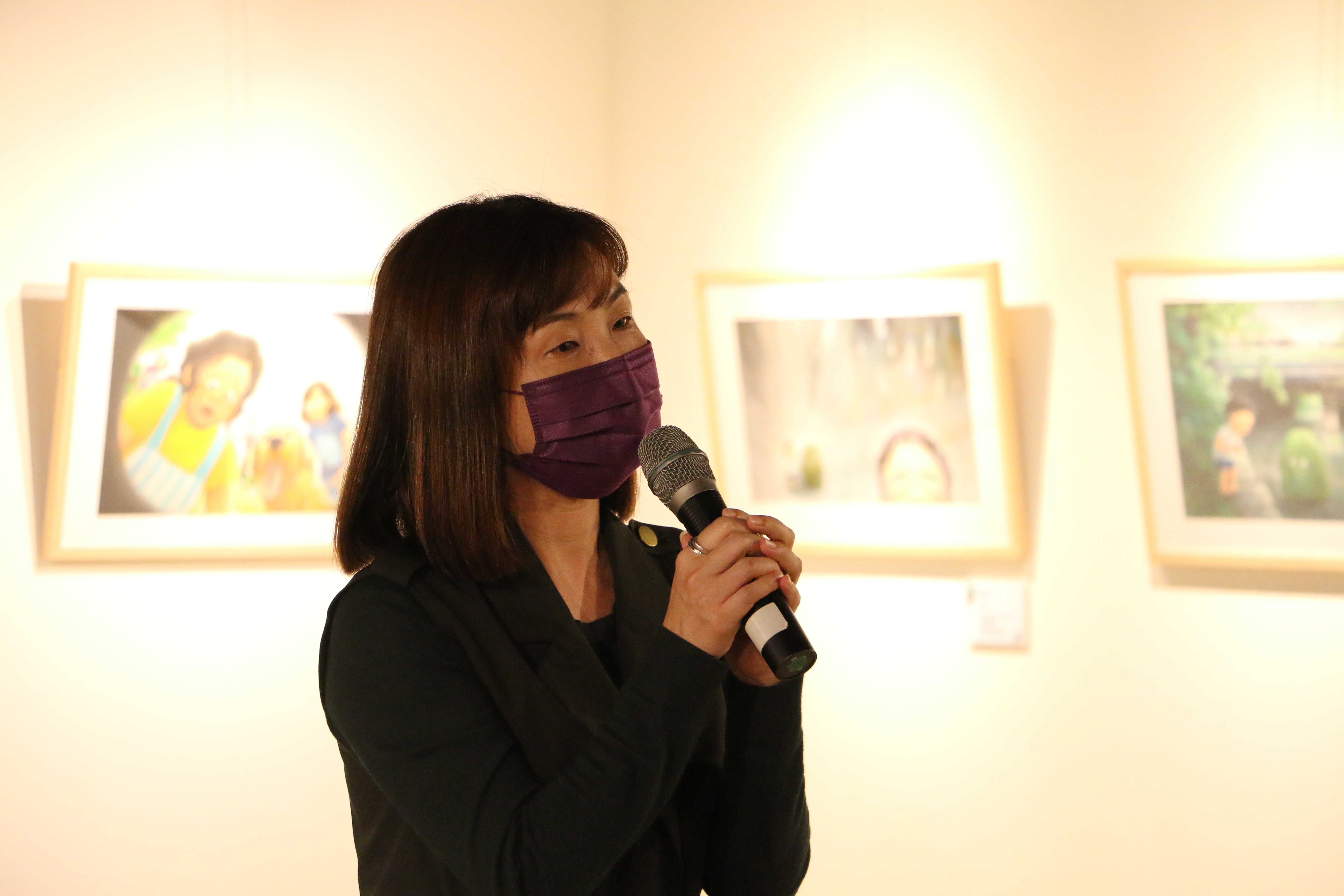 新北市文化局陳春美專委為「醜泥怪原畫特展」開幕致詞