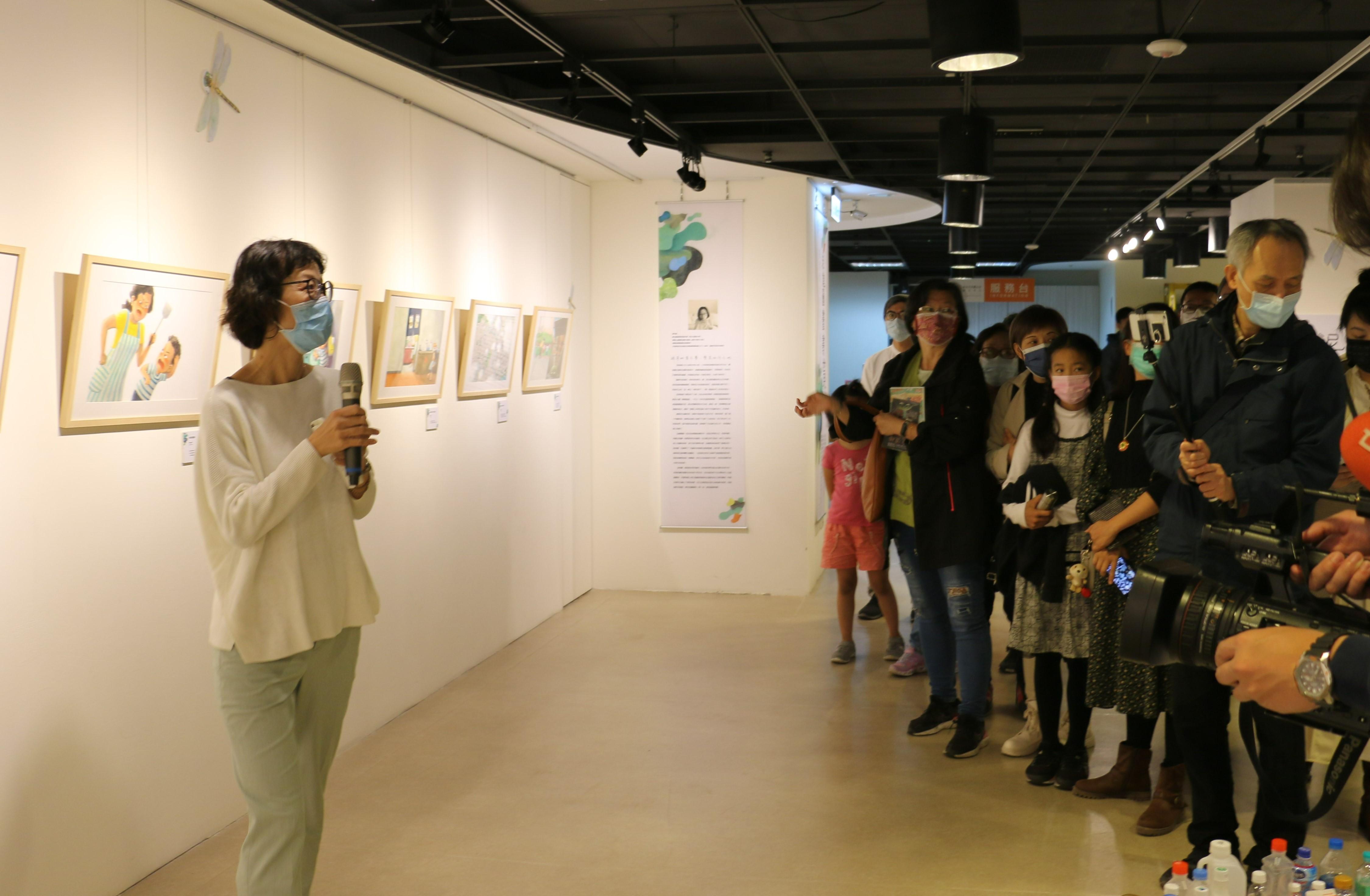 《醜泥怪》繪本畫家邱千容帶領現場貴賓及民眾進行導覽