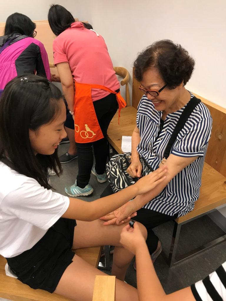 陪讀學童關懷老人服務體驗當志工陪伴銀髮長者互動