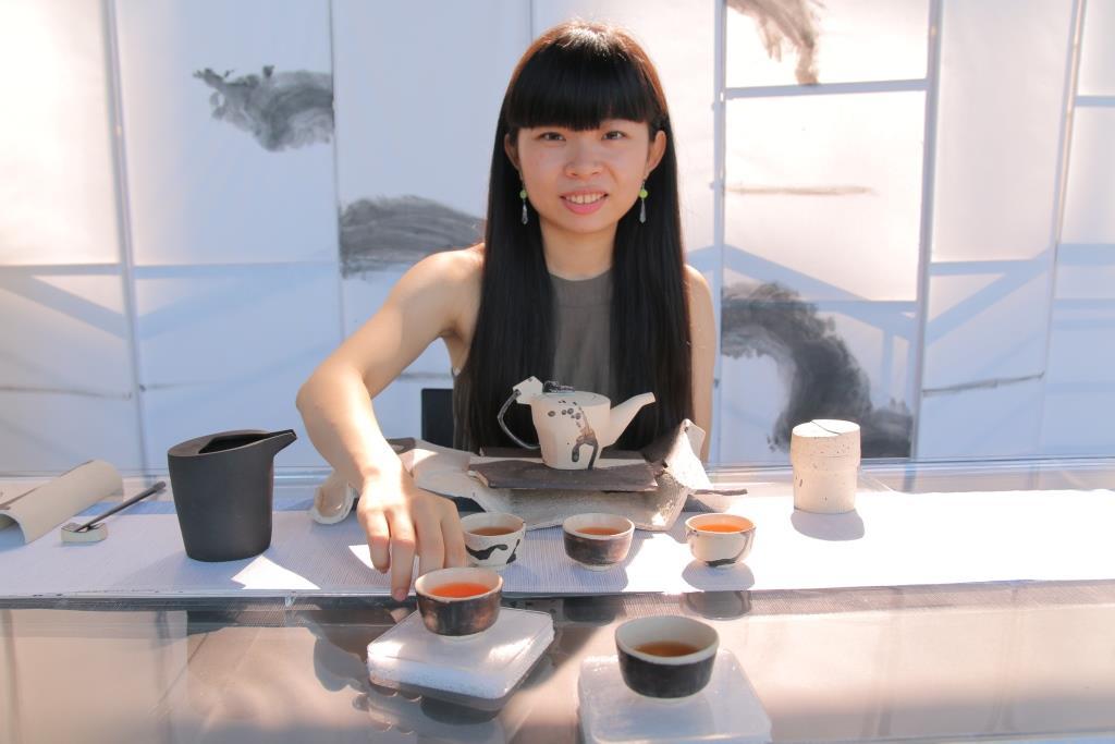 正妹展絕技「茶杯水上漂」 到「茶吧檯」來一杯!