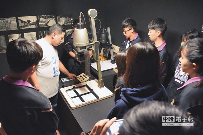 新板藝廊職業試探營 帶學生進暗房、洗照片