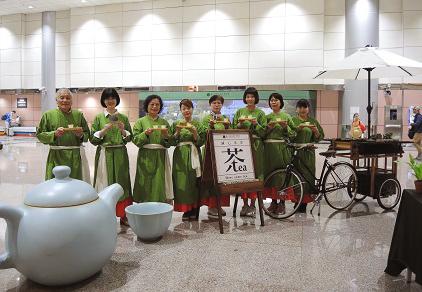 「行動奉茶車」出沒在桃園機場囉!坪林茶博館首創奉茶接機 超大茶壺、文青風行動茶車吸睛!